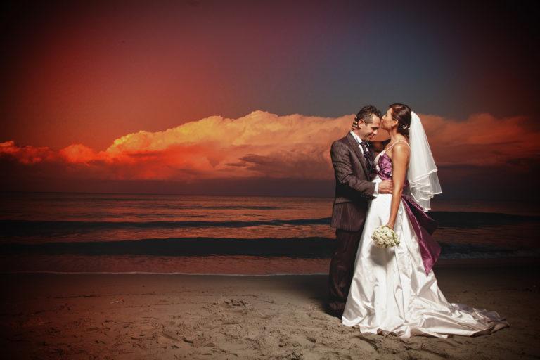 Due sposini in riva al mare su una spiaggia Olbiese. Foto scattata da Giuseppe Ortu Fotografo Olbia