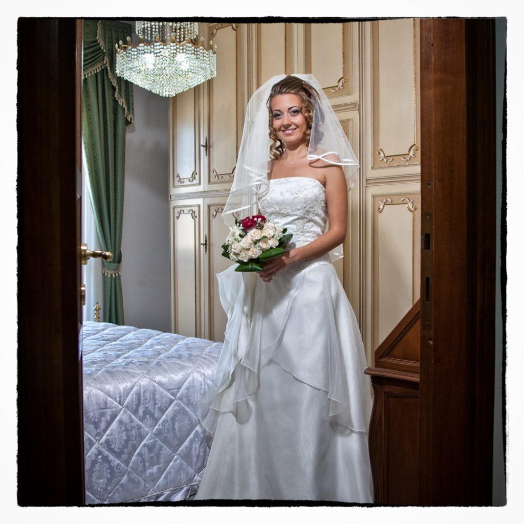 Sposa in camera da letto. Foto scattata in stile Fine Art dal fotografo olbiese Giuseppe Ortu. Fotografo matrimoni Olbia.