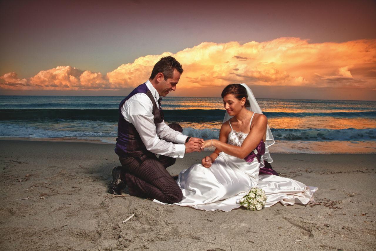 Coppa di sposini in riva al mare Olbiese. Foto scattata da Giuseppe Ortu Fotografo a Olbia specializzato in Matrimoni
