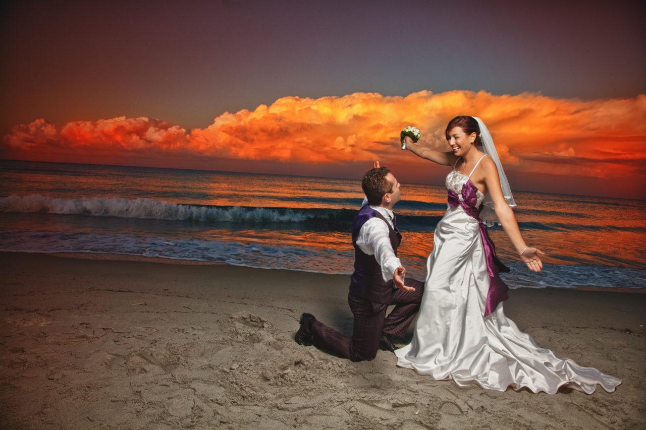Sposi in riva al mare Olbiese. Foto scattata da Giuseppe Ortu fotografo specializzato in matrimoni a Olbia