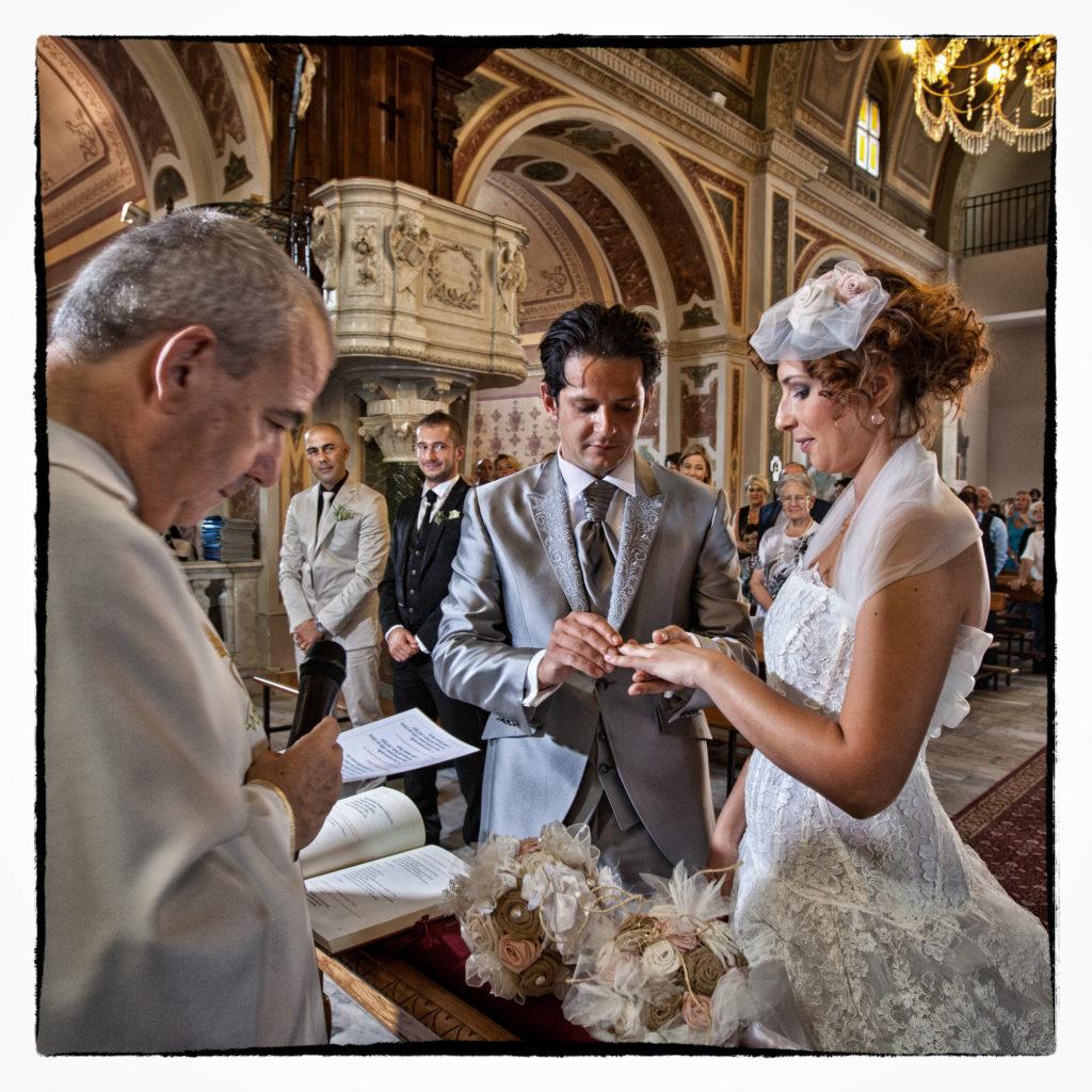 Sposo dona l'anello. Foto scattata in stile Fine Art dal fotografo olbiese Giuseppe Ortu. Fotografo matrimoni Olbia.