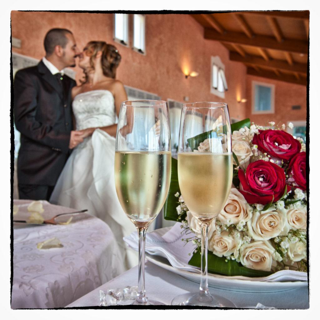 Bacio tra sposi al ristorante. Foto scattata in stile Fine Art dal fotografo olbiese Giuseppe Ortu. Fotografo matrimoni Olbia