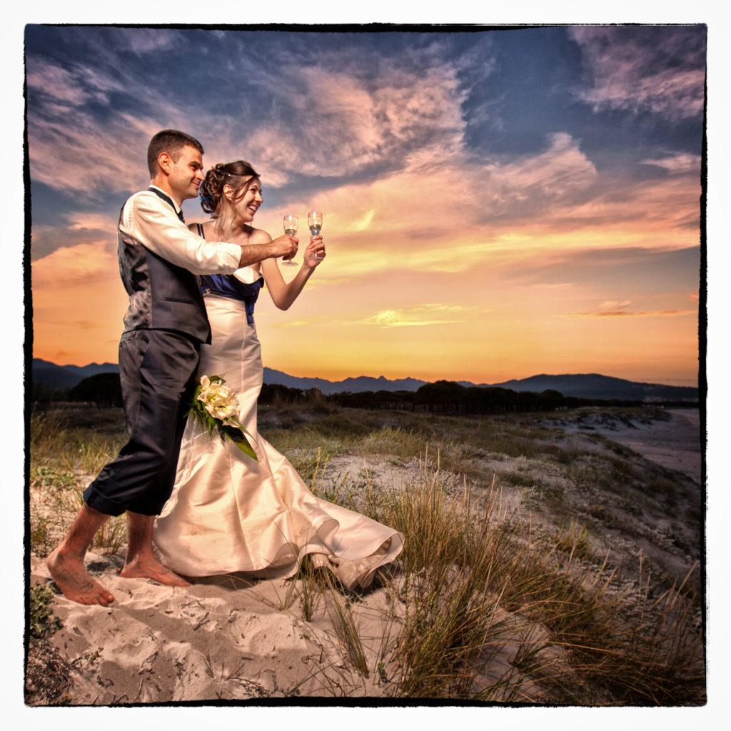 Scopi che brindano sulle dune olbiesi. Foto scattata in stile Fine Art dal fotografo olbiese Giuseppe Ortu. Fotografo matrimoni Olbia.