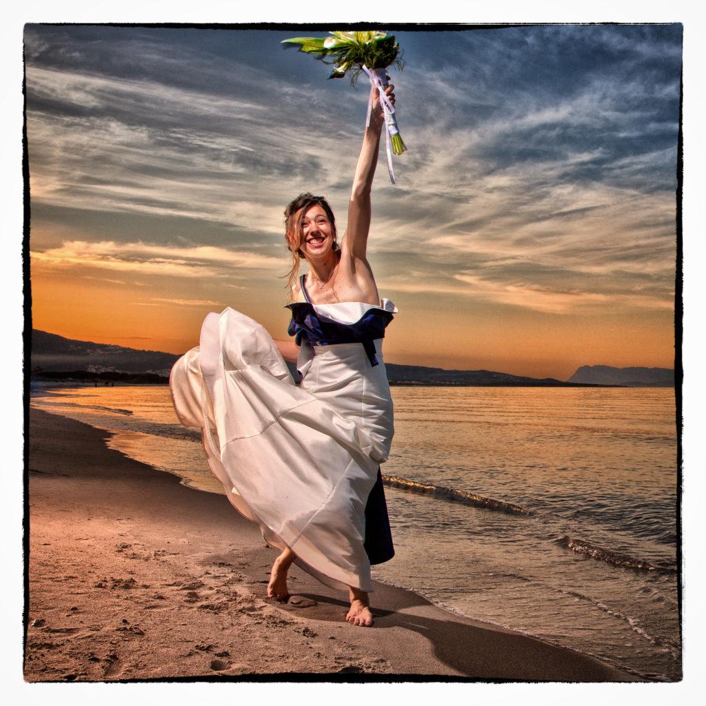 Sposa in riva al mare. Foto scattata in stile Fine Art dal fotografo olbiese Giuseppe Ortu. Fotografo matrimoni Olbia.
