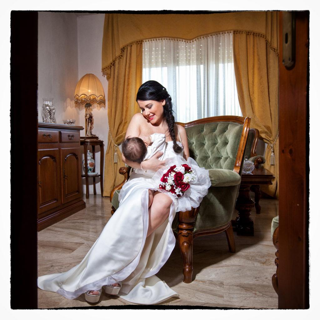 Sposa che allatta il pargolo. Foto scattata in stile Fine Art dal fotografo olbiese Giuseppe Ortu. Fotografo matrimoni Olbia