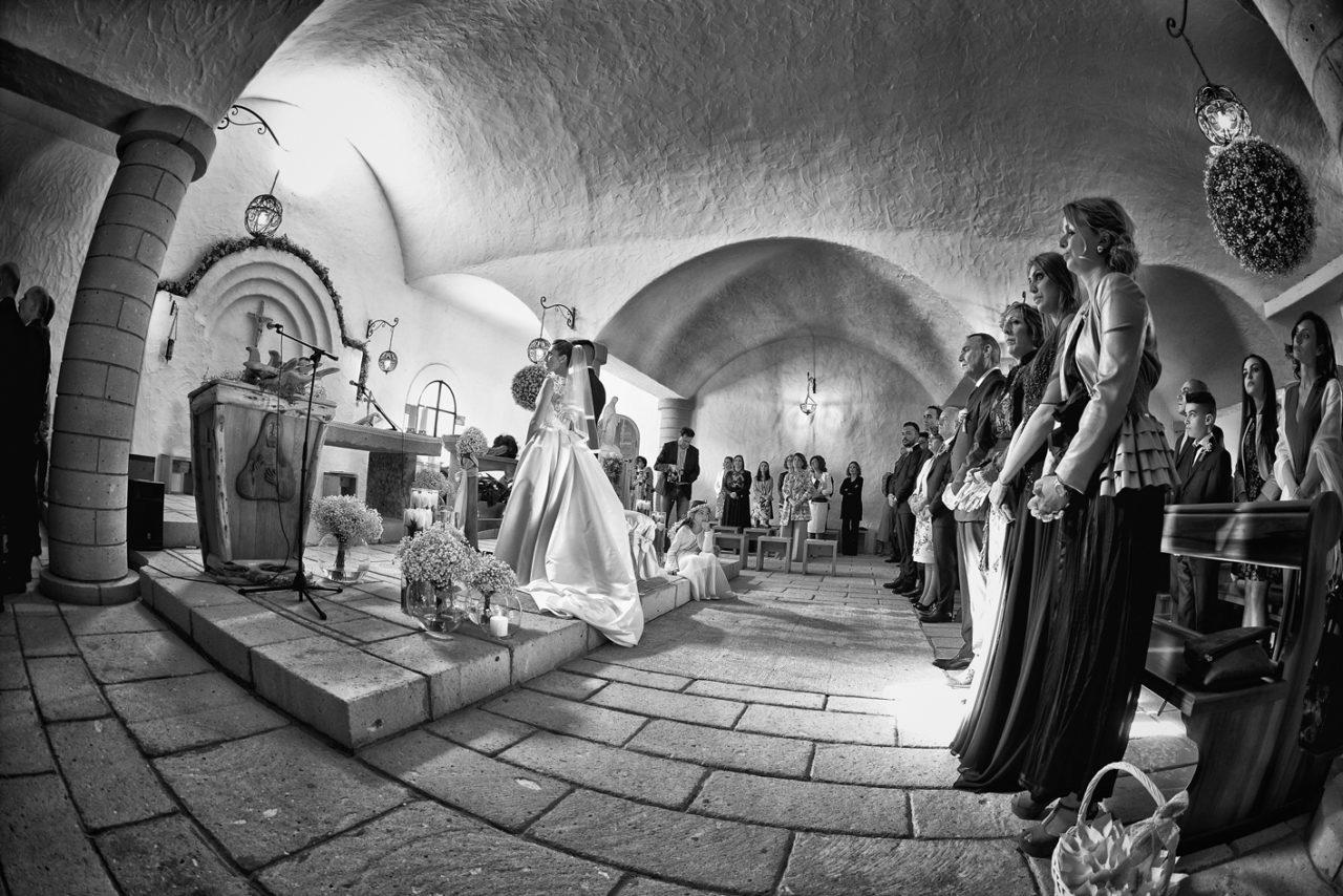 Cerimonia in bianco e nero. Foto scattata da Giuseppe Ortu fotografo specializzato in matrimoni a Olbia.