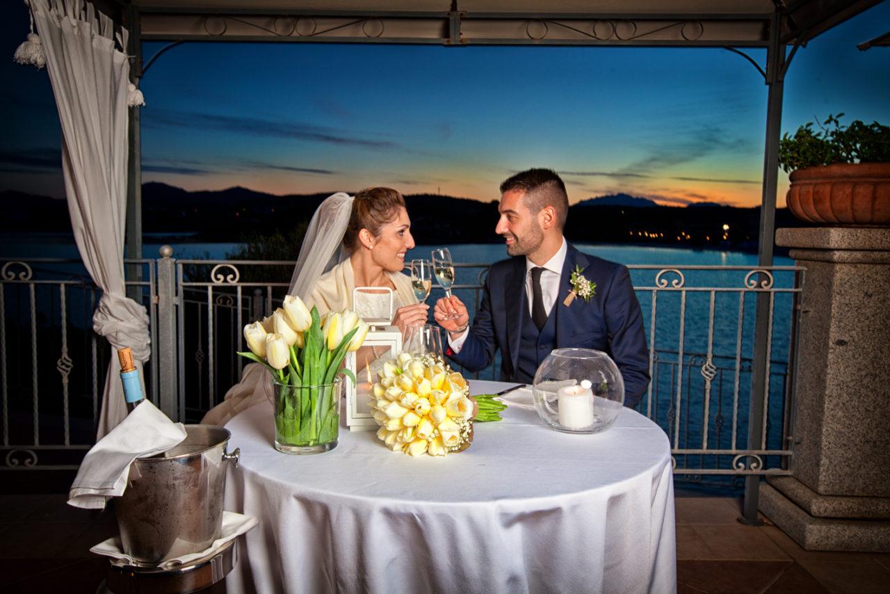 Sposi al banchetto vista mare. Foto scattata da Giuseppe Ortu fotografo specializzato in matrimoni a Olbia.