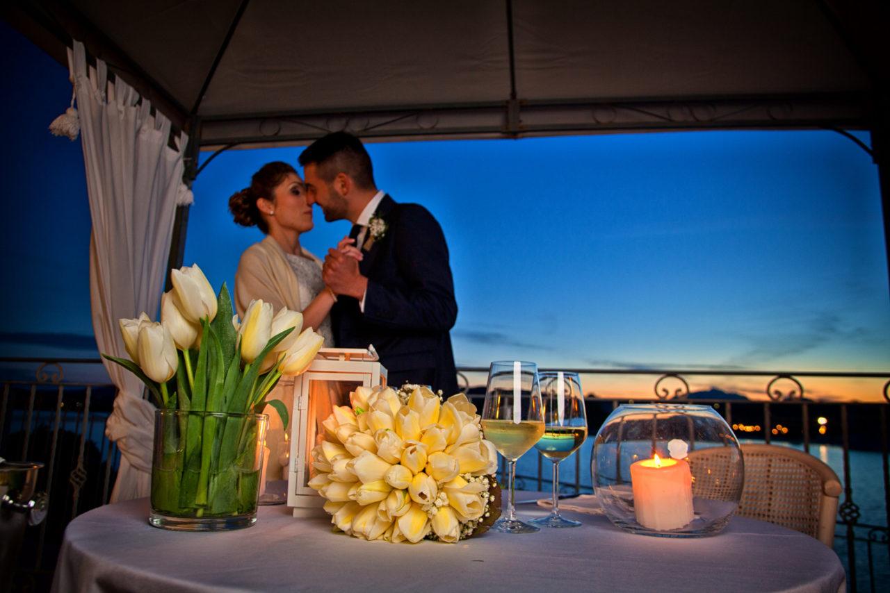 Bacio tra sposi vista mare. Foto scattata da Giuseppe Ortu fotografo specializzato in matrimoni a Olbia.