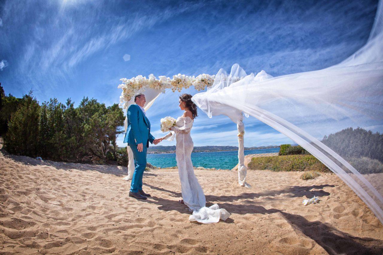 Sposi in riva al mare. Foto scattata da Giuseppe Ortu fotografo specializzato in matrimoni a Olbia.