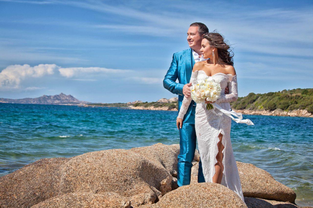 Sposi tra gli scogli a Olbia. Foto scattata da Giuseppe Ortu fotografo specializzato in matrimoni a Olbia.