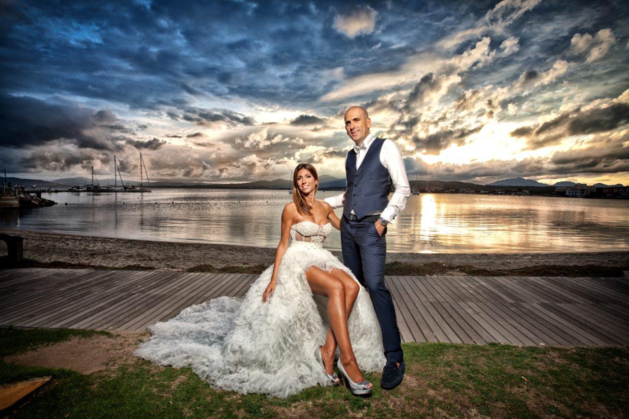 Coppia di sposi in riva al mare. Foto scattata da Giuseppe Ortu fotografo specializzato in matrimoni a Olbia