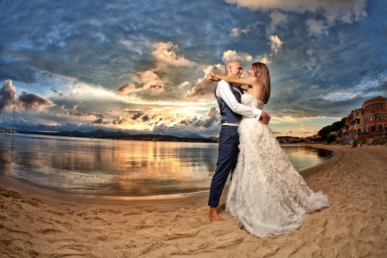 Coppia di sposini sul bagnasciuga. Foto scattata da Giuseppe Ortu fotografo specializzato in matrimoni a Olbia.