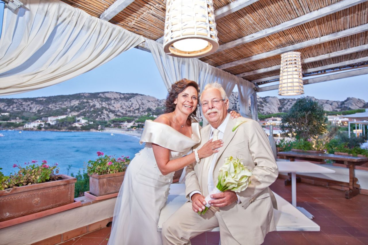 Sposi vista mare. Foto scattata da Giuseppe Ortu fotografo specializzato in matrimoni a Olbia.