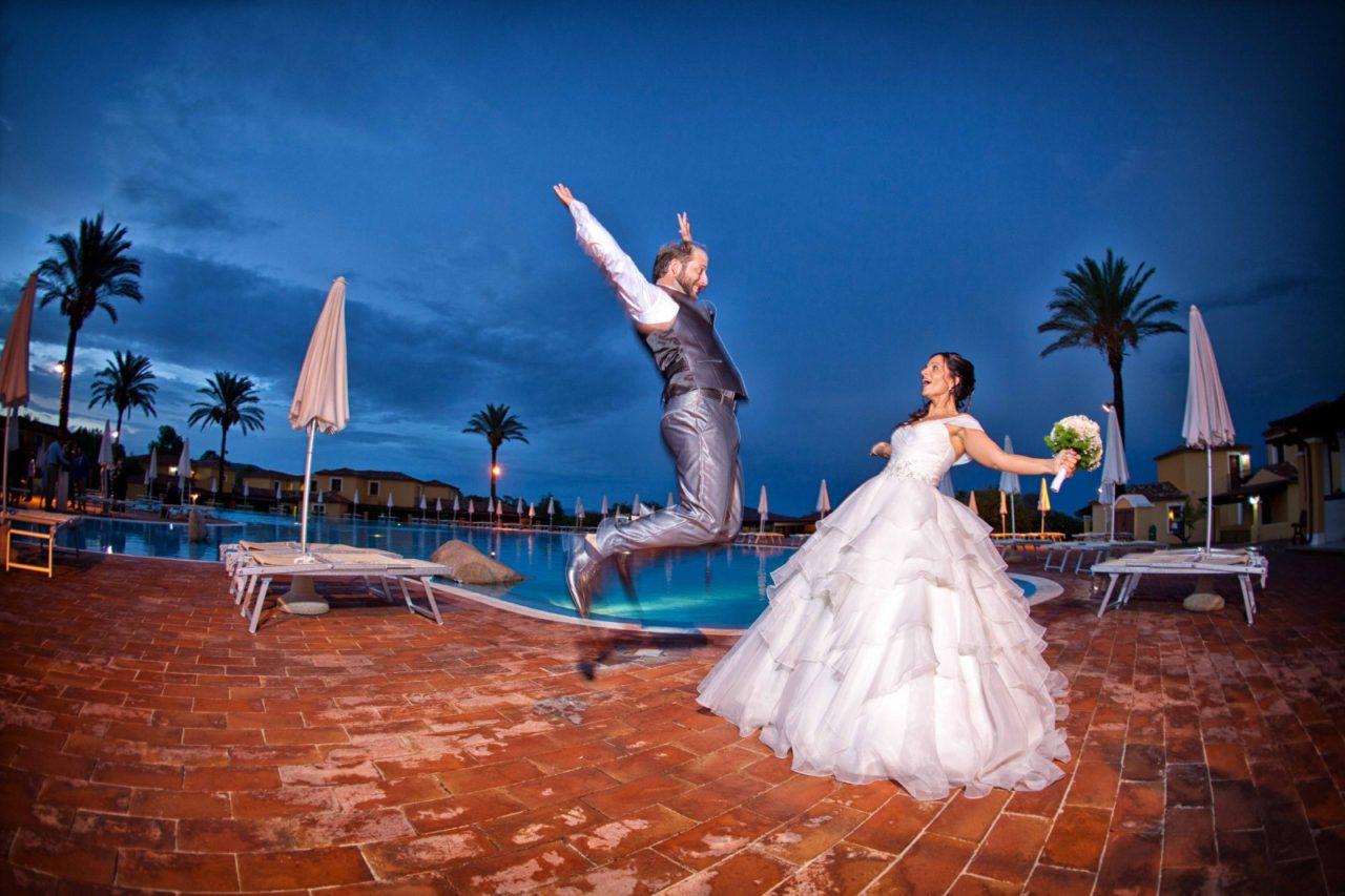 Sposi felici a bordo piscina. Foto scattata da Giuseppe Ortu fotografo specializzato in matrimoni a Olbia.