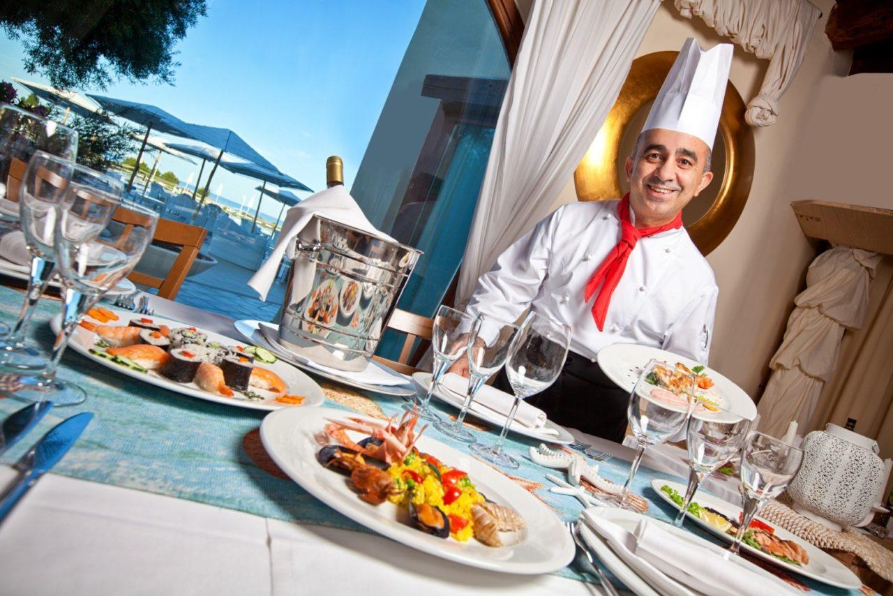 Chef illustra piatto. Fotografia turistica a cura di Giuseppe Ortu fotografo a Olbia